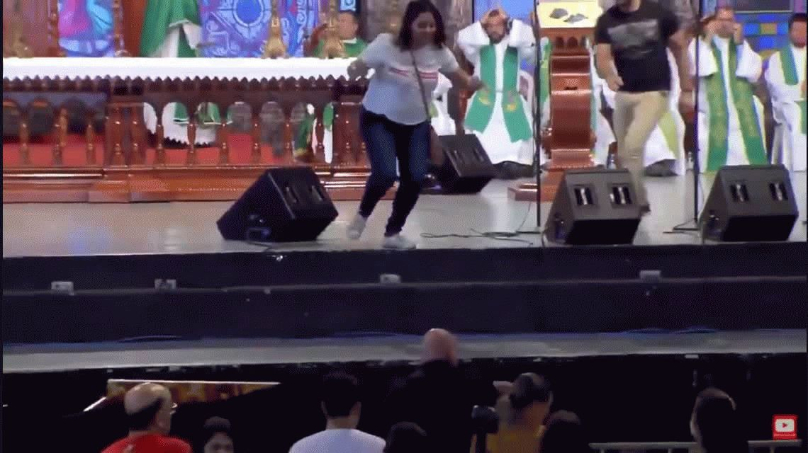 VIDEO: Una mujer empujó del escenario al sacerdote Marcelo Rossi en plena misa