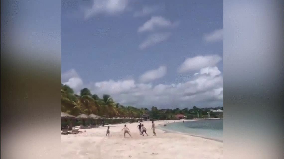 Messi se vistió de terrenal y jugó al fútbol con nenes en la playa