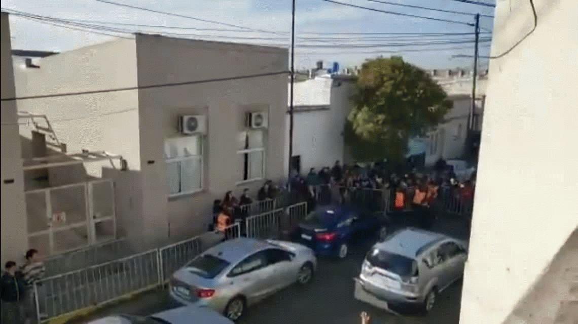Detuvieron e incomunicaron a la mujer de un trabajador despedido de Fanazul por gritarle a Macri