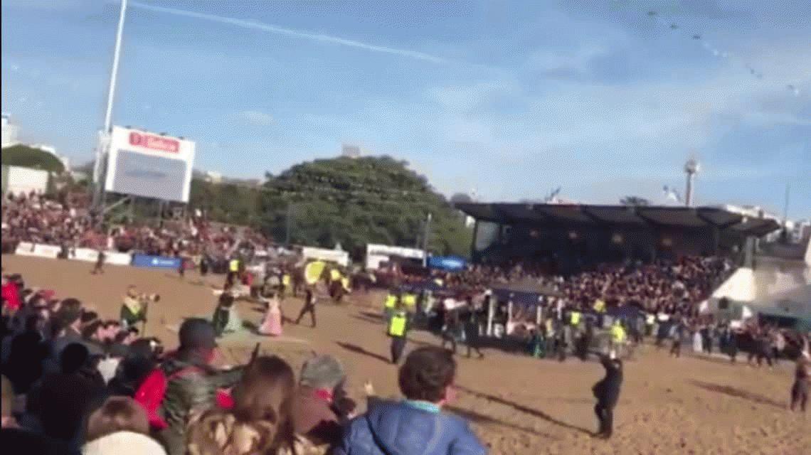 Un grupo de activistas se metió en la pista de la Exposición Rural y algunos gauchos los corrieron con los caballos