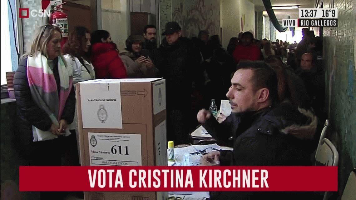 Cristina Kirchner votó en Río Gallegos: se sacó fotos y no habló con la prensa