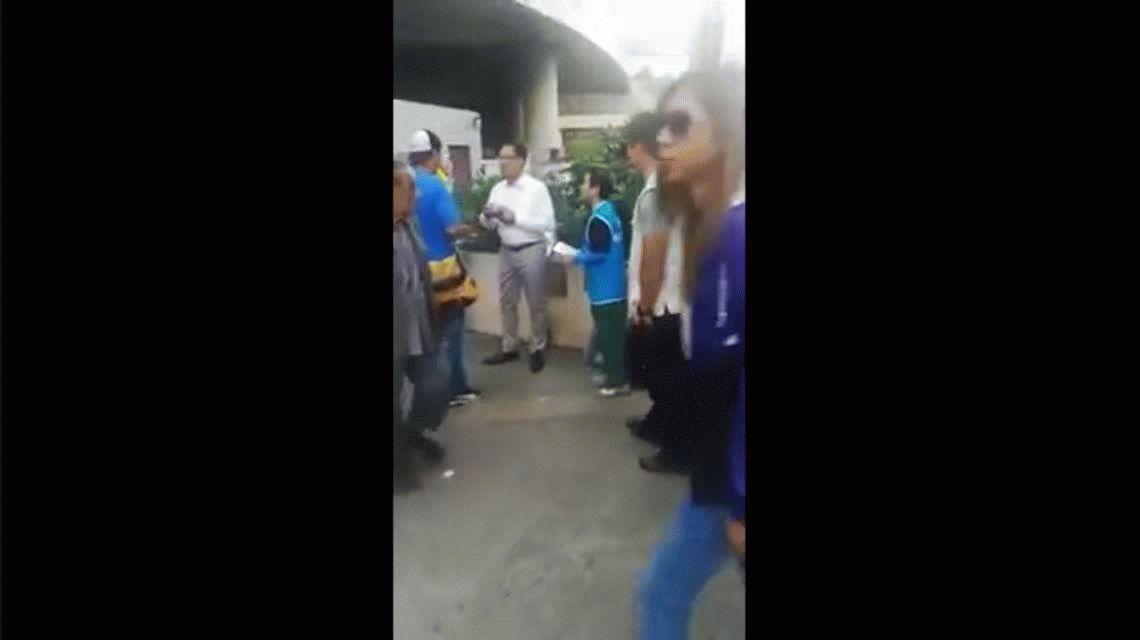 VIDEO: Apuñalan en Hong Kong a un político mientras hacía campaña