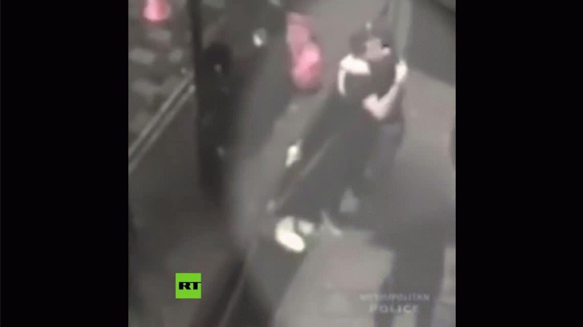 Violaron a una joven en un bar y celebraron chocando los cinco y abrazándose