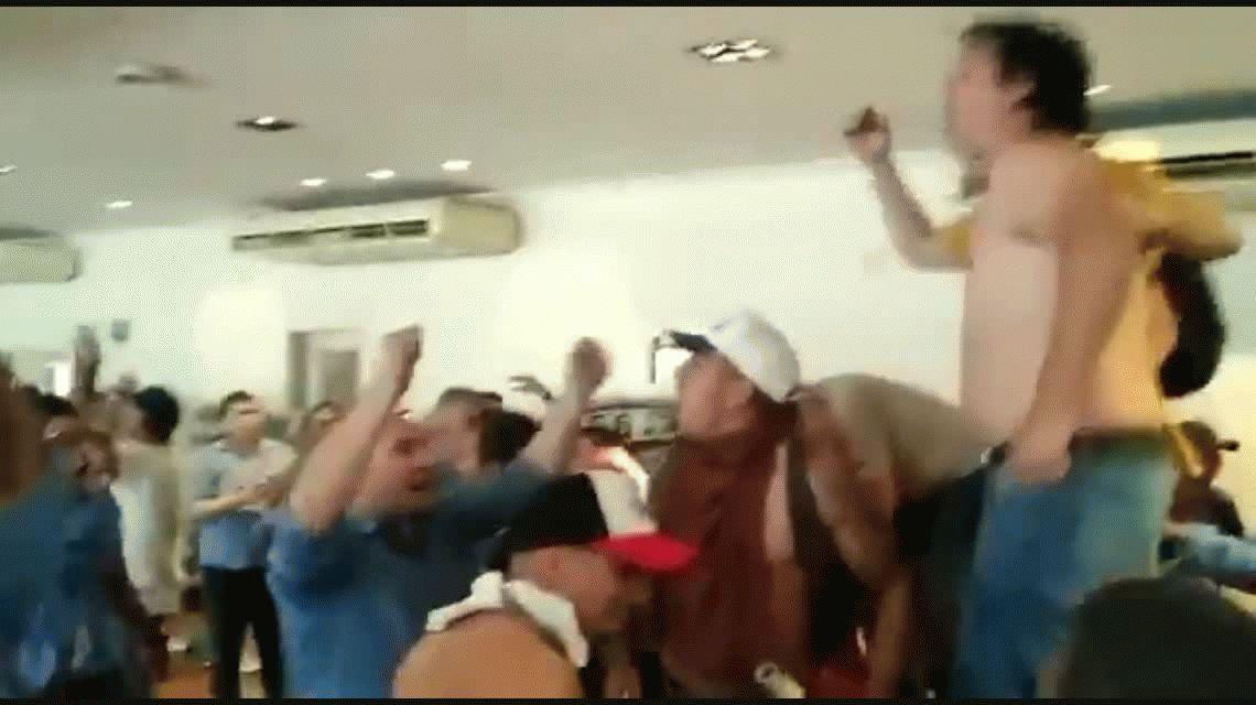 Tomaron la sede de la UTA: en el despacho principal, la oposición encontró una foto del titular del gremio con Macri