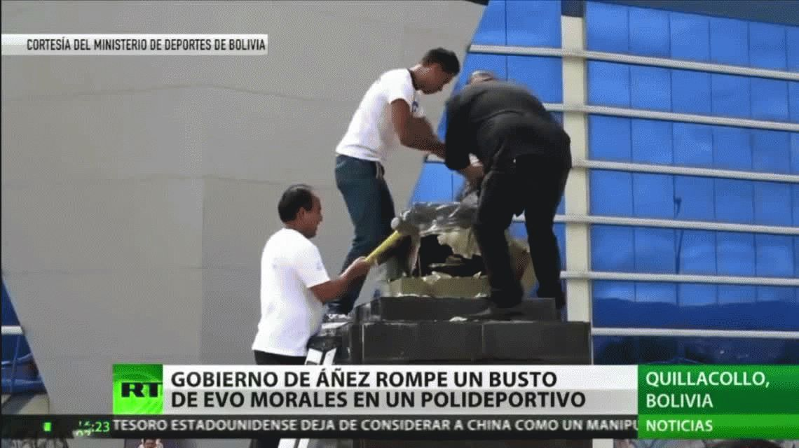 Bolivia: un ministro del gobierno de facto destruye un busto de Evo Morales