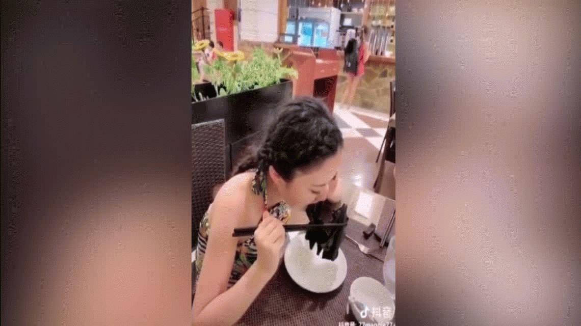 VIDEO: Una chica comió una sopa de murciélago para desafiar al coronavirus y se hizo viral