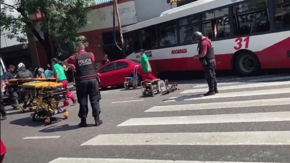 Parque Patricios: un camión se incrustó en un negocio tras chocar con un colectivo
