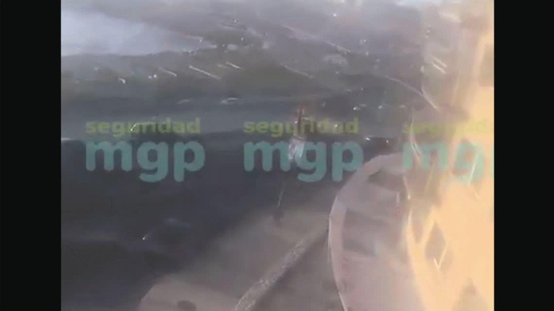 Mar del Plata: un borracho chocó a dos autos estacionados y uno cayó por un barranco