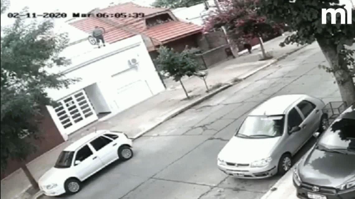 Insólito robo en La Plata: se trepó a los techos de una casa y se llevó una bicicleta