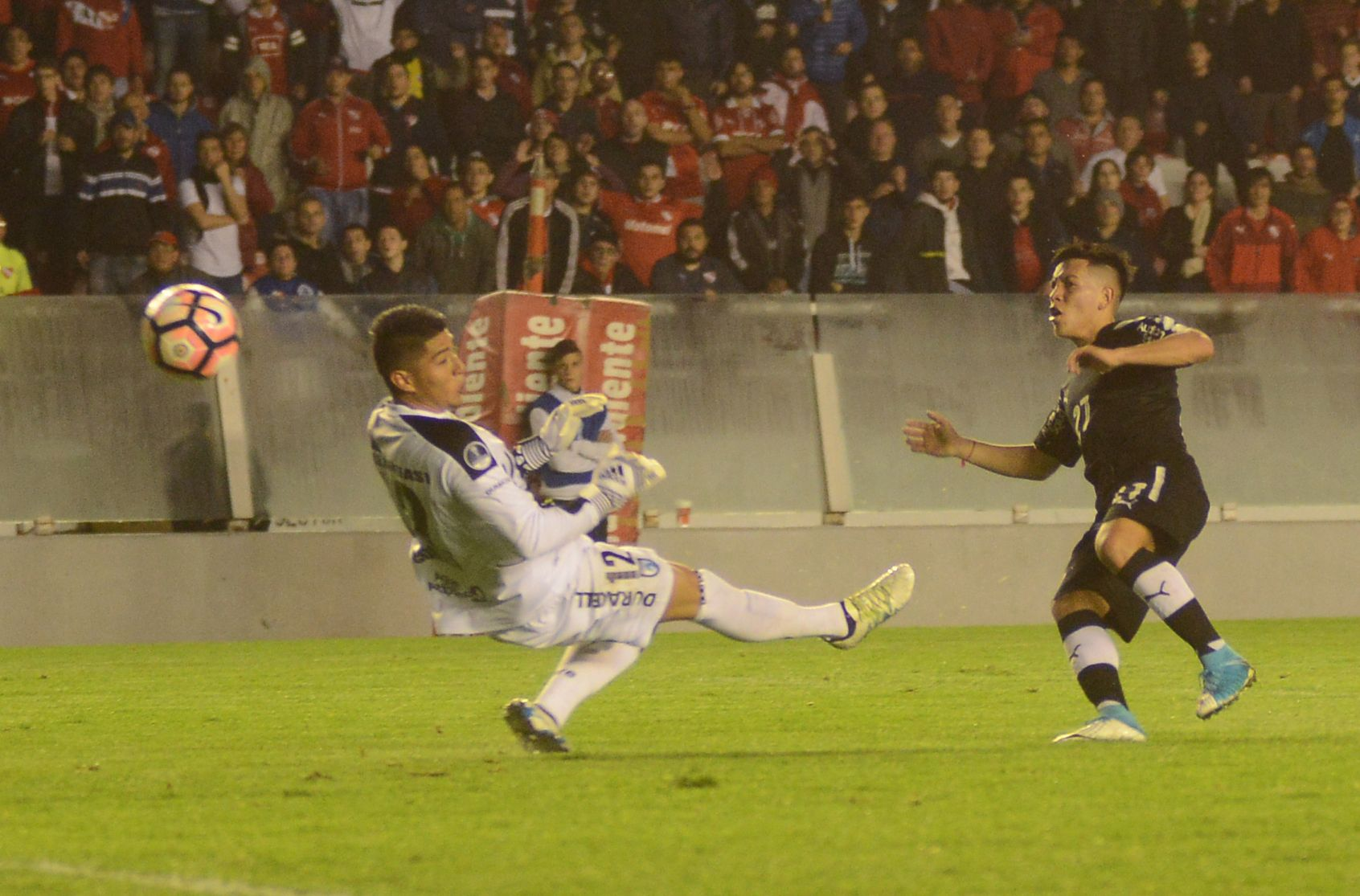 Ezequiel Barco le marca al Deportes Iquique por la Copa Sudamericana
