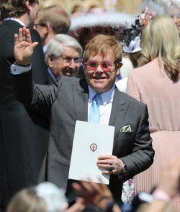 Beckham y Elton saludan al público y la prensa