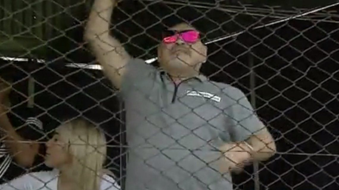 Diego Maradona hizo de las suyas en Riestra
