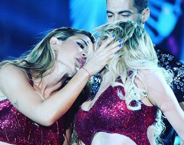 El beso entre Virginia Gallardo y Jimena Barón. <br>