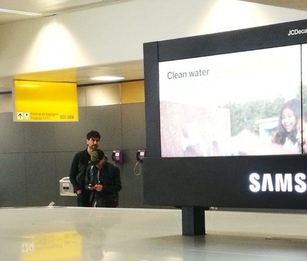 """<div><p data-aria-label-part=""""0"""" lang=""""es"""">Esperando las valijas en el aeropuerto de San Pablo. Foto @<b>GZaffora</b> </p><p></p></div><br>"""