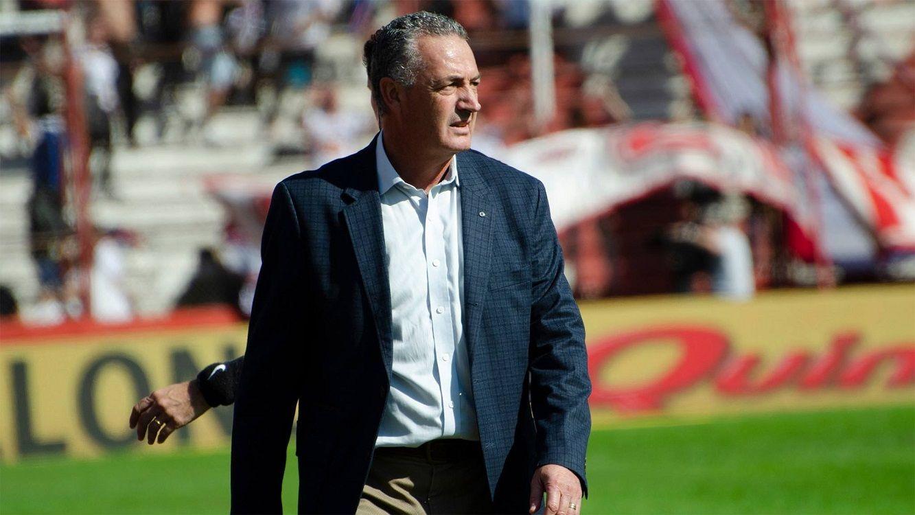 #AlfaroTraidor: la furia de los hinchas de Huracán con el técnico que se va a Boca