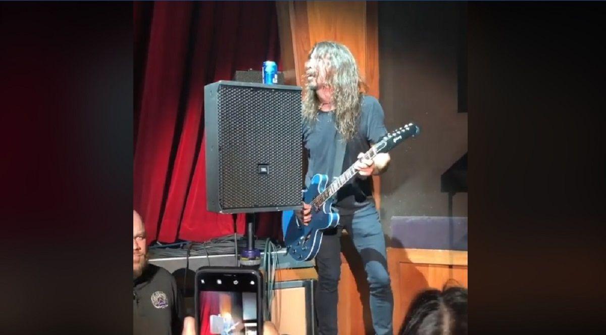 Dave Grohl tomó una cerveza en el escenario, calculó mal y casi se rompe todo