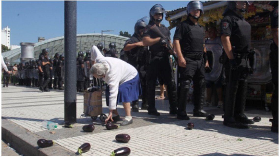 Encontraron a la abuela retratada durante la represión en el verdurazo