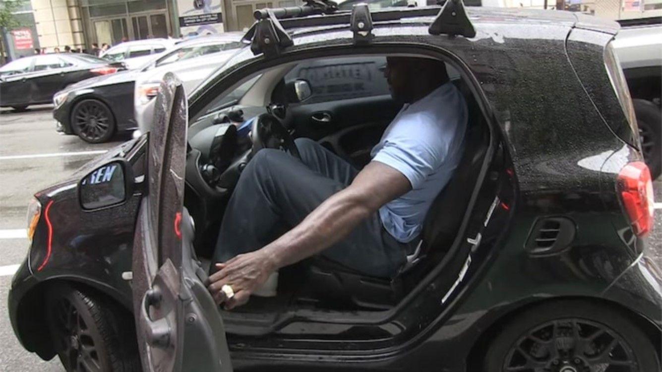 Shaquille ONeal mete sus 2,16 metros en el auto más chico del mundo