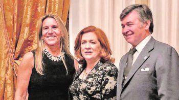 Gala. Daniel Pelegrina y su esposa Catalina junto a Teresa González Fernández en la celebración del 75° aniversario de la creación de ALPI.