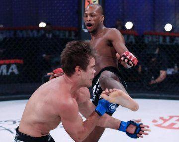 MMA: un luchador lanzó una brutal patada a la cara a su rival y le aplastó la nariz