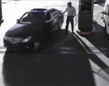 La Plata: un hombre cargó nafta en un Mercedes Benz y se fue sin pagar