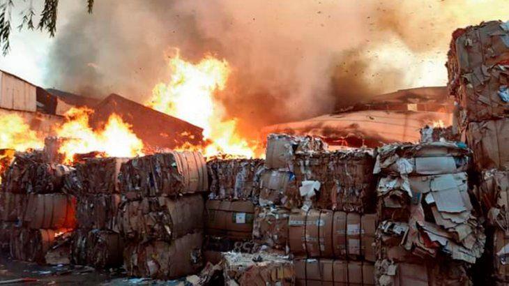 Un voraz incendio destruyó una papelera en Don Torcuato