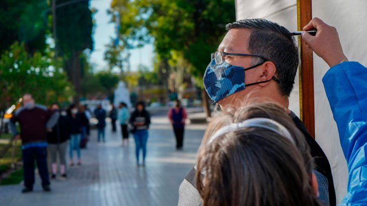 Mendoza: pesan y miden vecinos para determinar si son obesos y necesitan la vacuna contra el covid