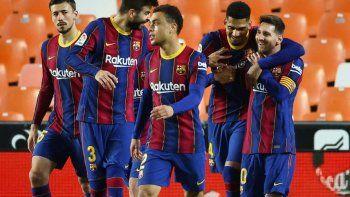 con dos goles de lionel messi, barcelona vencio al valencia y todavia suena