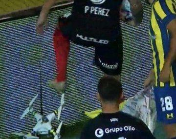 Pablo Pérez destruyó un dron en clásico de Rosario: ¿qué decía la bandera?