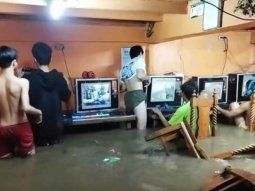 Filipinas: games siguen jugando online a pesar de un tifón que inundó el cibercafé