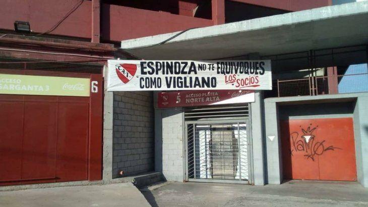 Los socios de Independiente colgaron un intimidante pasacalles para el árbitro
