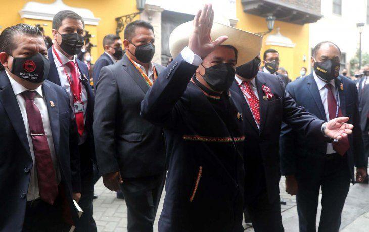 Castillo asumió la Presidencia de Perú y prometió un país más próspero y más justo