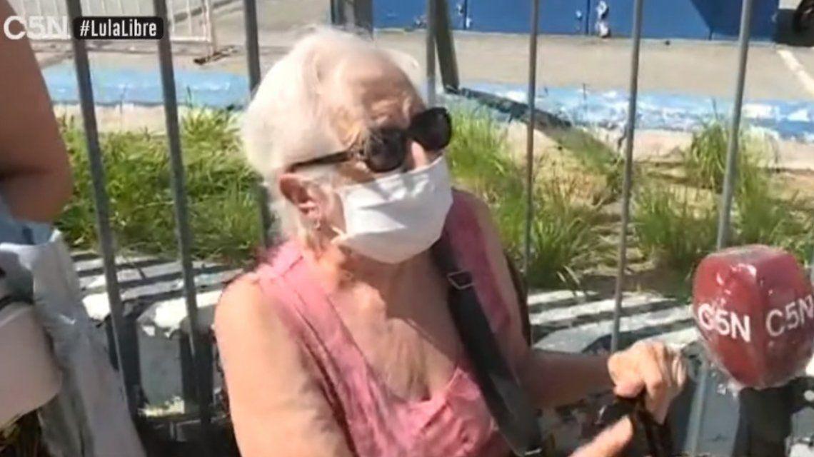 Tiene 88 años e hizo dos horas de fila por la vacuna