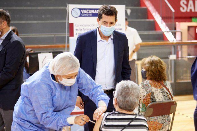 Wado de Pedro visitó un centro de vacunación en San Juan