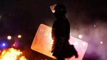 colombia: prendieron fuego comisaria con policias adentro
