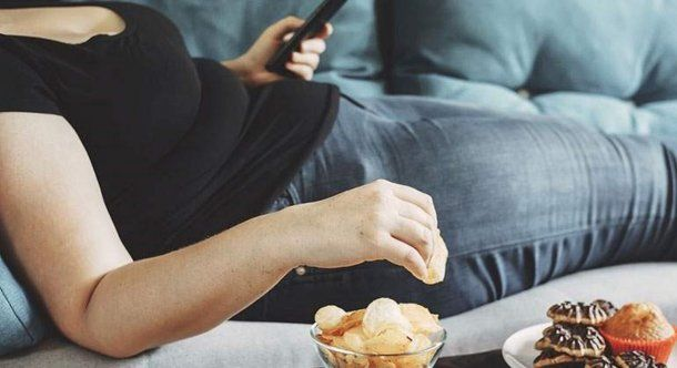 La desorganización alimentaria y el picoteo continuo ayudan al aumento de peso.
