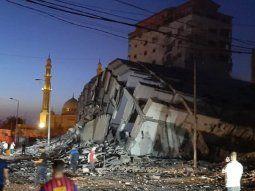 colapso un edificio de 13 pisos en gaza por un ataque aereo