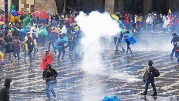 recrudece la violencia en colombia: hubo enfrentamientos frente al congreso