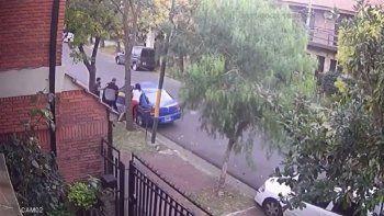 video: le robaron el auto y apenas pudo bajar a su hijo