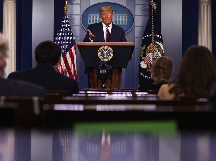 Exit: las fotos virales de la conferencia de Donald Trump