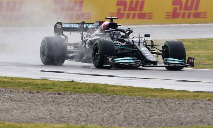 Formula 1: Lewis Hamilton se despistó y casi queda fuera