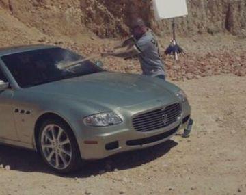 ¡Increíble! René de Calle 13 destruyó su lujoso auto con un bate de béisbol