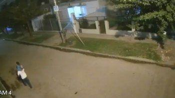 tragedia en merlo: caminaba por la calle con su hijo de 3 anos y murio aplastado por un arbol