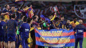 los futbolistas del barcelona se reunieron en la casa de lionel messi y un microfono capto que cantaron