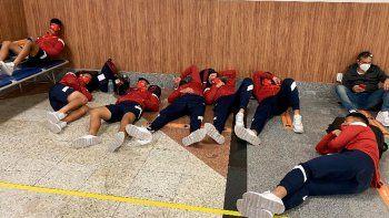 asi tuvieron que dormir los jugadores de independiente en el aeropuerto de bahia