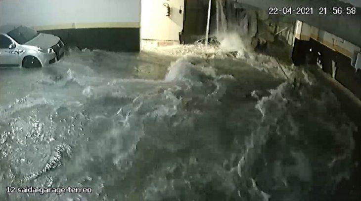 Video: el derrumbe de una pileta en un condominio de Brasil