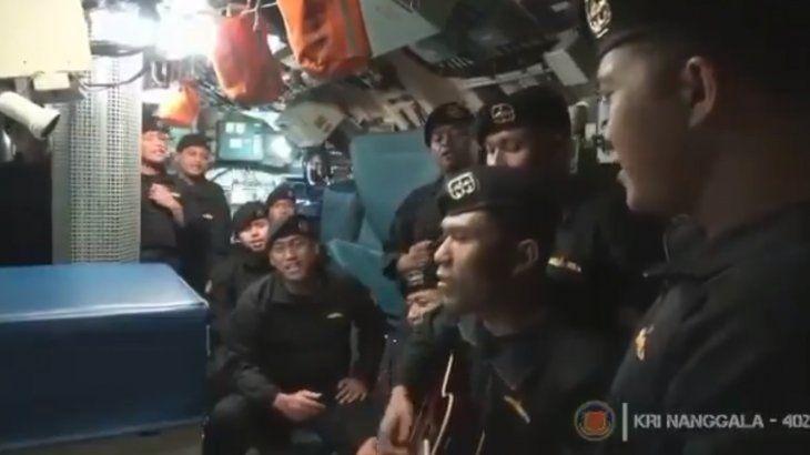No estoy pronto para extrañarte, cantaron antes de naufragar los tripulantes del submarino indonesio