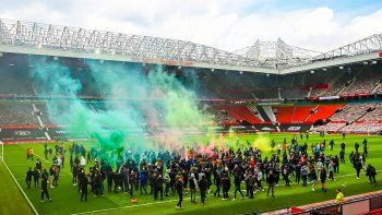 hinchas del manchester united se metieron en la cancha y suspendieron el clasico con el liverpool