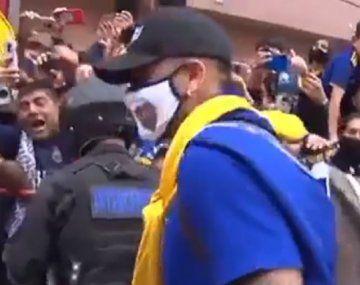 ¿Blooper o irresponsabilidad? Marcos Rojo le regaló su barbijo a un nene hincha de Boca