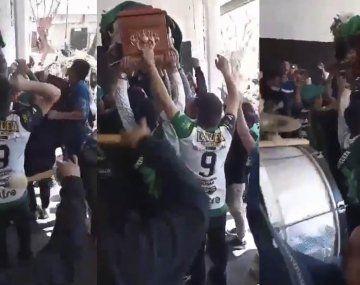 VIDEO: La barrabrava de Chicago veló a un hincha en la puerta del estadio